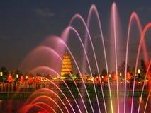 中国陕西西安狂放的鹅塔,音乐喷泉 图库摄影