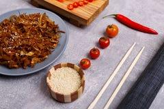 中国面条和海鲜在大理石背景 在倾吐的餐馆沙拉的主厨概念食物新鲜的厨房油橄榄 免版税库存照片