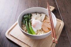 中国面条用中国无头甘蓝,鸡蛋,香肠,蘑菇 库存图片