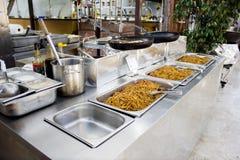中国面条用酱油在餐馆 免版税库存照片