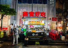 中国面条食物摊位是著名街道食物在Yaowarat路是唐人街主要动脉  库存照片