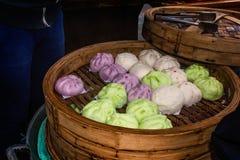 中国颜色蒸在盘子的小圆面包 免版税库存图片