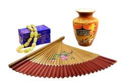 中国风扇、花瓶和有小珠的一个小箱 免版税库存照片