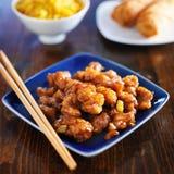 中国食物-在蓝色板材的橙色鸡 免版税图库摄影
