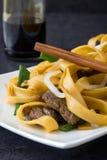 中国食物 牛肉在黑石头的食物mein 免版税库存图片