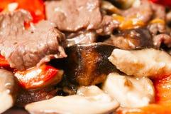 中国食物--蘑菇和牛肉 免版税库存图片