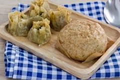 中国饺子和蒸的材料小圆面包在桌上 免版税图库摄影