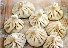 中国饺子未煮过在木背景 街道卖中国专业的食物摊蒸饺子 免版税库存照片