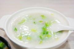 中国鱼和米粥在餐馆服务 免版税库存图片