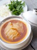中国鲨鱼` s飞翅汤用蟹肉、海参和巧克力精炼机在棕色汤 库存照片