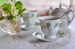 中国黏土托起木饮用的糖表茶的茶壶二 杯用茶和一个花瓶有茉莉花的 库存图片