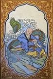 中国龙和中国修士绘画在墙壁上在中国寺庙 库存图片