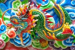 中国龙雕象寺庙thail墙壁 免版税库存图片