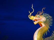 中国龙雕象,暮色天空背景 免版税库存照片