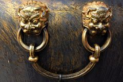 中国龙` s面孔出现在大古铜色大桶 库存图片