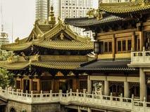 中国,上海,反对现代摩天大楼背景的古老佛教寺庙2014年11月13日的 免版税库存照片