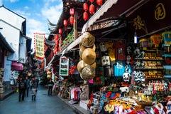 中国,上海- 2017年11月5日:购物与中国纪念品在豫园附近在上海 库存图片