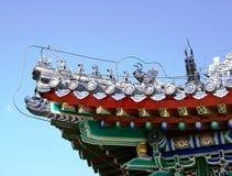 中国,北京:一个屋顶的片段有样式和小雕象的 免版税库存图片