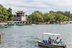 中国,北京 北京宫殿夏天 与一座塔的堡垒塔昆明湖岸的  库存图片