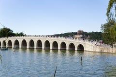 中国,北京 夏天故宫 十七曲拱桥梁和长寿小山看法  免版税图库摄影