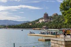中国,北京 夏天故宫 昆明湖、长寿小山和寺庙(塔) Foxiangge,小船的停泊处 免版税库存图片