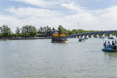 中国,北京 夏天故宫 昆明湖和十七曲拱桥梁,小船 免版税库存图片