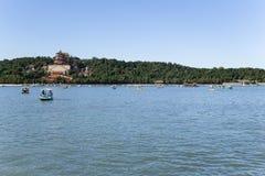 中国,北京 夏天故宫 昆明湖和长寿小山 库存图片