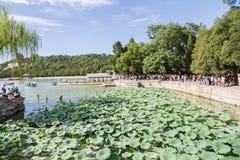 中国,北京 夏天故宫 昆明湖,小船的停泊处 免版税库存照片