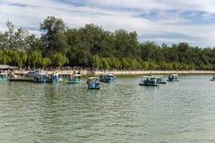 中国,北京 夏天故宫(YÃhe元) 在湖昆明的游船 免版税库存图片