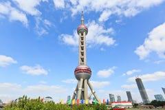 中国 东方珍珠电视塔是一个著名地标在上海 免版税库存图片