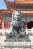 中国 北京 古铜色狮子雕象在故宫 库存图片