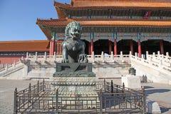 中国 北京 古铜色狮子雕象在故宫 免版税库存图片