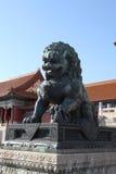 中国 北京 古铜色狮子雕象在故宫 免版税库存照片