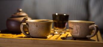 中国黏土托起木饮用的糖表茶的茶壶二 夜间 普洱哈尼族彝族自治县 茶书桌 杯子 免版税库存图片