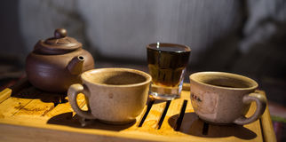 中国黏土托起木饮用的糖表茶的茶壶二 夜间 普洱哈尼族彝族自治县 茶书桌 杯子 库存照片