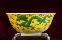 中国绿色和黄色龙碗 免版税库存图片
