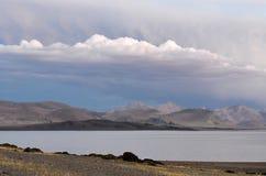 中国 西藏的大湖 湖泰瑞塔西纳木错在夏天晚上 图库摄影