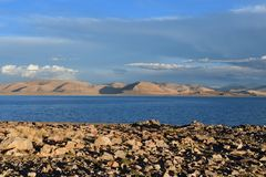 中国 西藏的大湖 湖泰瑞落日的塔西纳木错在夏天 库存照片