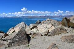 中国 西藏的大湖 湖Teri塔石纳木错在晴朗的夏日 库存照片