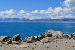 中国 西藏的大湖 湖Teri塔石纳木错在晴朗的夏日 免版税库存照片