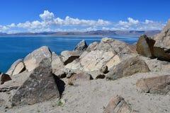 中国 西藏的大湖 湖Teri塔石纳木错在晴朗的夏日 免版税库存图片
