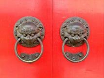 中国黄铜龙敲门人 库存照片