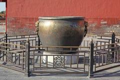中国 Beijijng 在故宫的古铜色罐 免版税库存图片