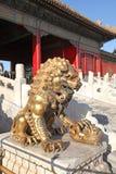 中国 Beijijng 在故宫的古铜色罐 免版税图库摄影