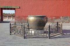 中国 Beijijng 在故宫的古铜色罐 免版税库存照片