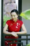 中国cheongsam模型在中国古典庭院里 图库摄影