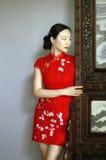 中国cheongsam模型在中国古典庭院里 免版税库存图片