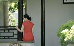 中国cheongsam模型在中国古典庭院里 库存图片