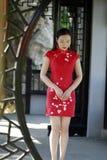 中国cheongsam模型在中国古典庭院里 免版税图库摄影