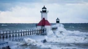 击中圣约瑟夫北部码头灯塔的波浪 免版税库存图片